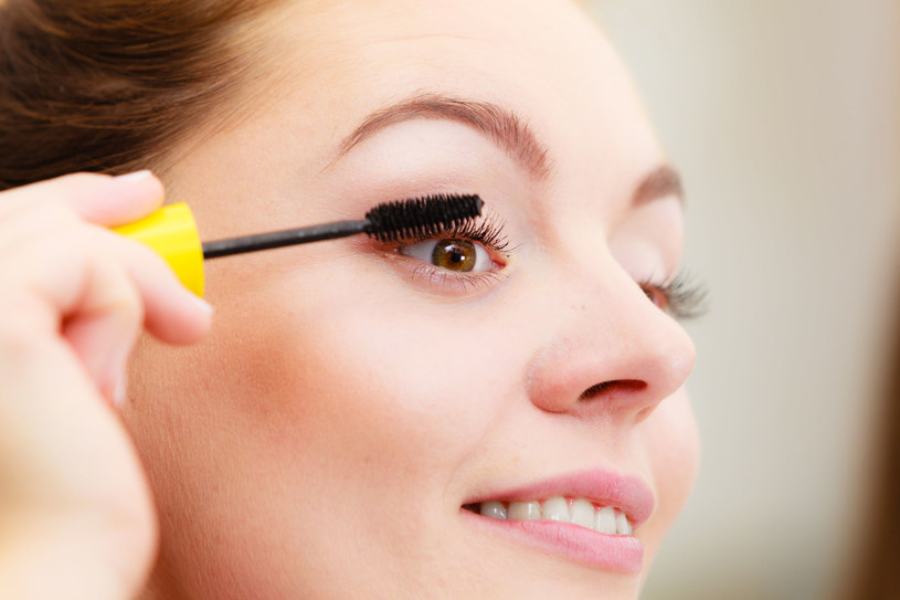 Przyczyną urazu może być zadrapanie szczoteczką od tuszu do rzęs podczas wykonywania makijażu /123RF/PICSEL