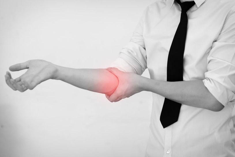 Przyczyny bólu łokcia /©123RF/PICSEL