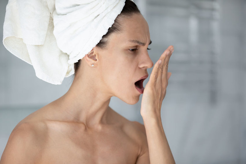 Przyczyny nieświeżego oddechu mogą być różne /123RF/PICSEL