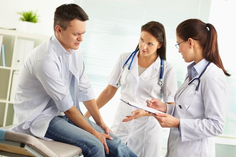 Przyczyny reumatyzmu mogą mieć podłoże genetyczne, wpływ mogą mieć także czynniki hormonalne, stres, palenie tytoniu, alergie. /123/RF PICSEL