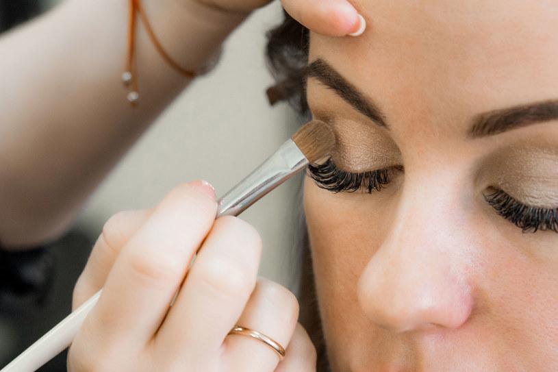 Przydymione oko doskonale sprawdza się jako dopełnienie eleganckich, wieczorowych stylizacji /123RF/PICSEL