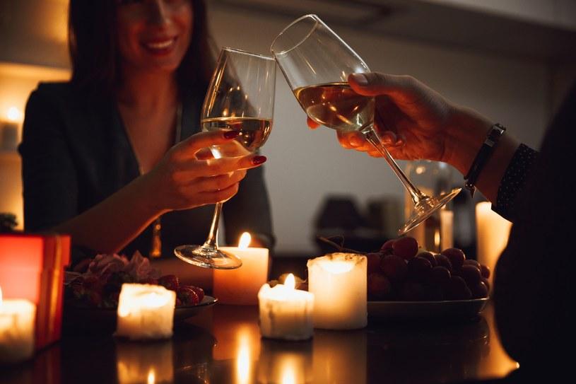 Przygotowana samodzielnie kolacja to świetny sposób na świętowanie walentynek /123RF/PICSEL