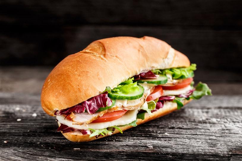 Przygotowana w domu kanapka zaspokoi uczucie głodu i ... poprawi humor /123RF/PICSEL
