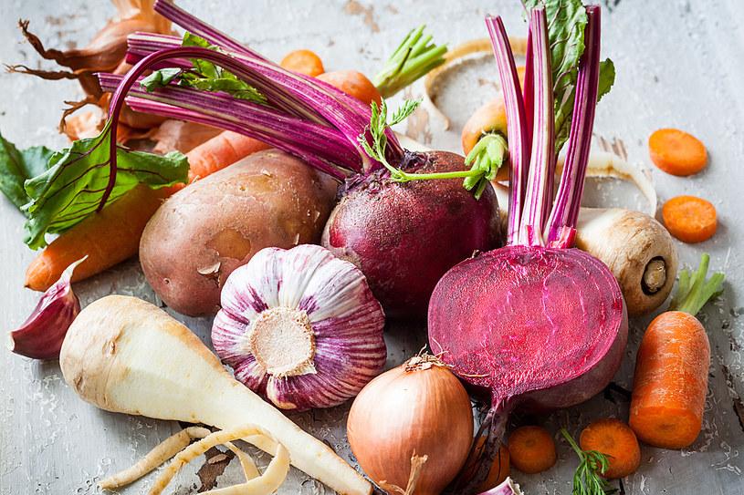 Przygotowane z surowych warzyw surówki oraz koktajle poleca się, zwłaszcza zimą, osobom na diecie odchudzającej /123RF/PICSEL