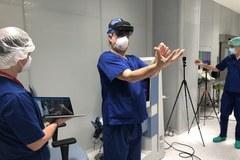 Przygotowania do operacji usunięcia guza wątroby z użyciem gogli do rozszerzonej rzeczywistości