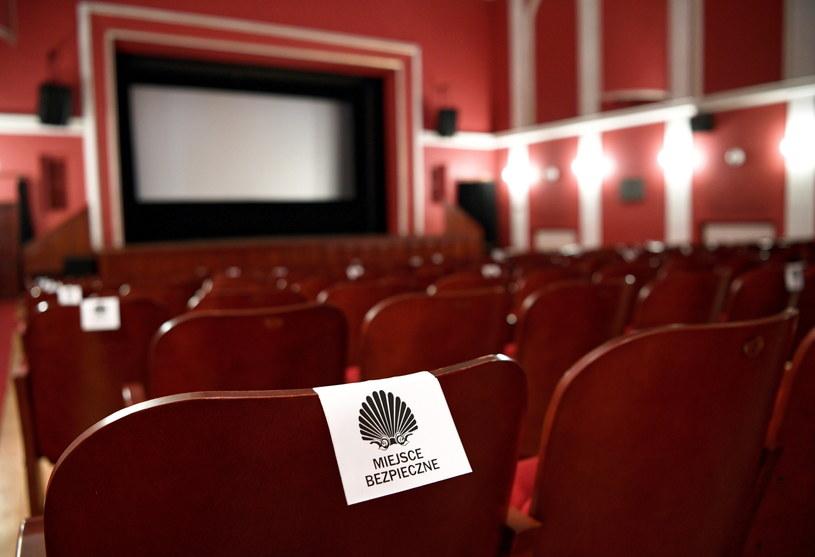Przygotowania do otwarcia kin. Udostępnione widzom może być tylko co drugie miejsce. /Darek Delmanowicz /PAP