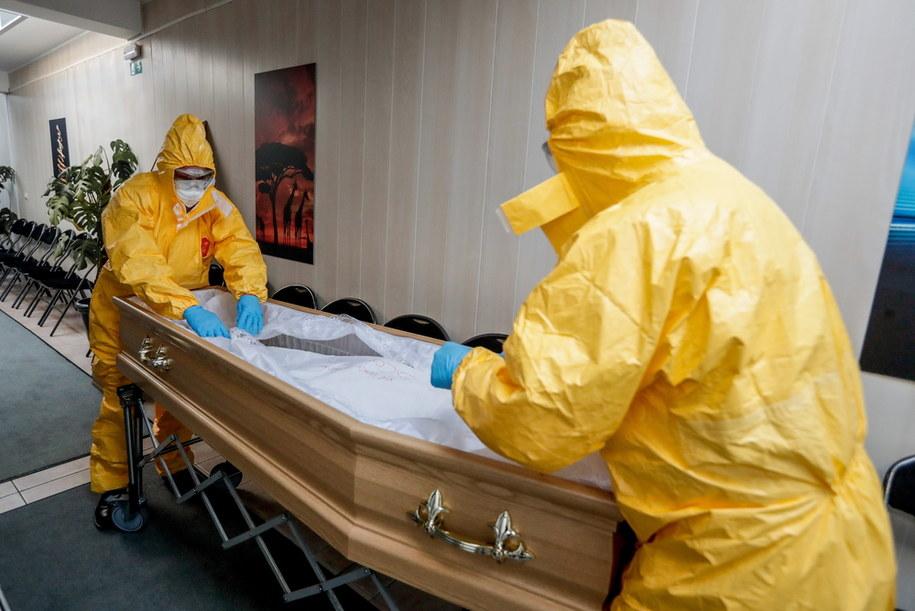 Przygotowania do pogrzebu w trakcie pandemii/ Zdjęcie ilustracyjne /STEPHANIE LECOCQ  /PAP/EPA
