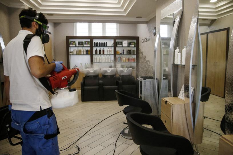 Przygotowania do ponownego otwarcia zakładu fryzjerskiego w Rzymie w czasie pandemii. /LaPresse/Sipa USA/East News /East News