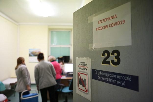 Przygotowania do szczepienia seniorów powyżej 80. roku życia w Centralnym Szpitalu Klinicznym MSWiA w Warszawie / Leszek Szymański    /PAP