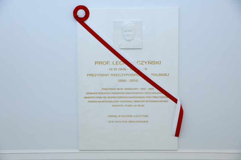 Przygotowania do uroczystości odsłonięcia tablicy upamiętniającej Lecha Kaczyńskiego /Rafał Guz   /PAP