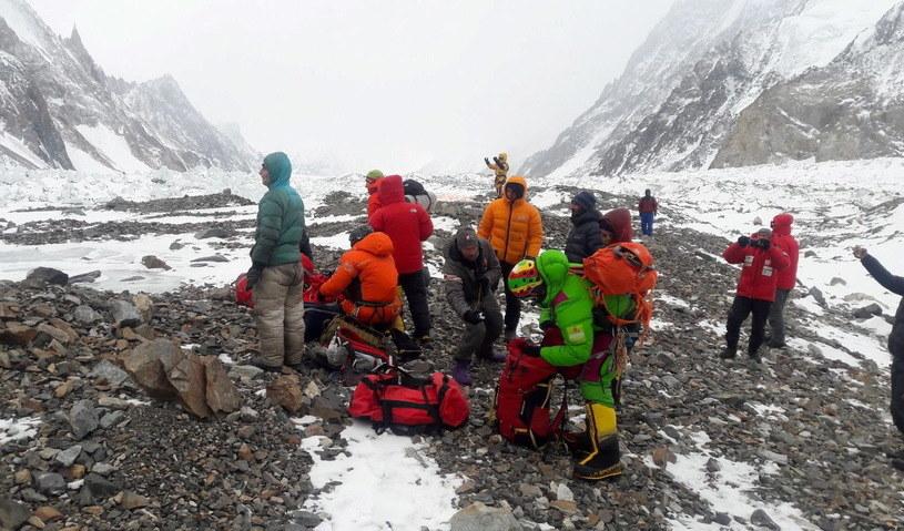 Przygotowania do wylotu ekipy ratunkowej z bazy pod K2 /PAP