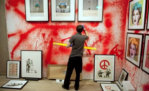 Przygotowania do wystawy prac Banksy'ego /WILL OLIVER  /PAP/EPA