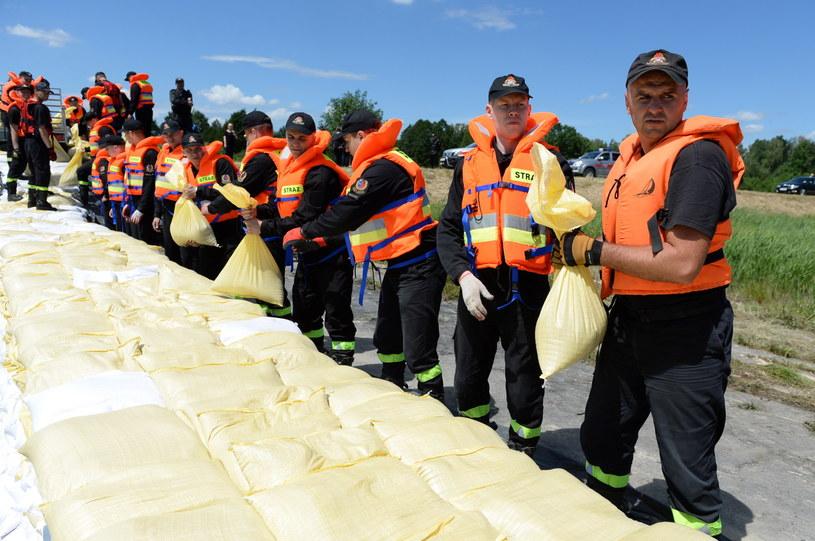 Przygotowania do zabezpieczenia przeciwpowodziowego w ramach ćwiczeń straży pożarnej pod kryptonimem H2O /Piotr Polak /PAP