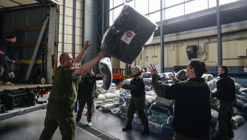 Przygotowania do załadunku pomocy humanitarnej dla Nepalu w Wojskowym Porcie Lotniczym na warszawskim Okęciu /Jakub Kamiński   /PAP