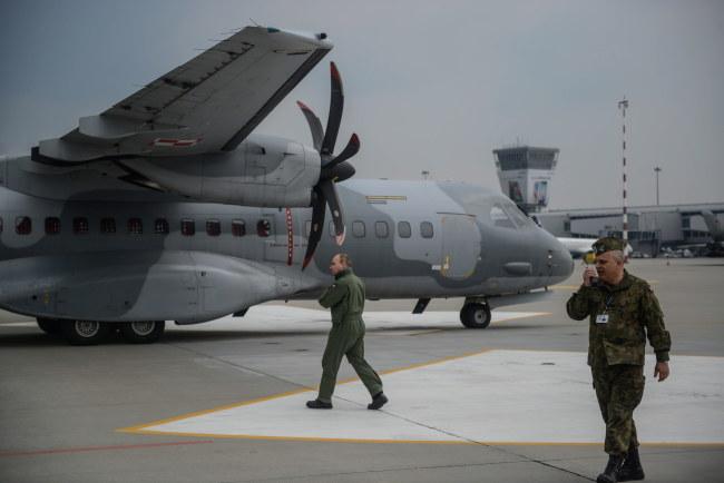 Przygotowania do załadunku pomocy humanitarnej dla Nepalu /Jakub Kamiński   /PAP
