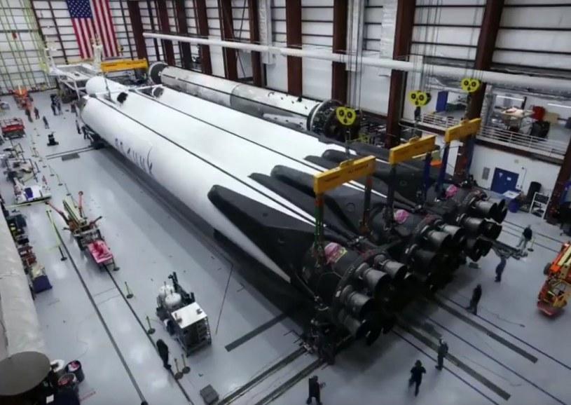 Przygotowania drugiego egzemplarza Falcona Heavy do startu / Fot: SpaceX /materiały prasowe