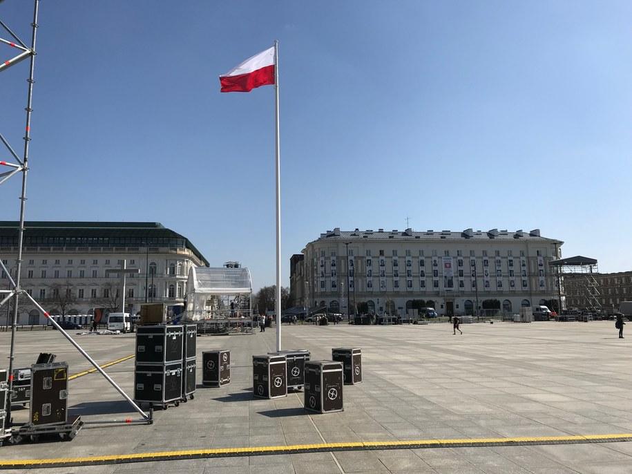 Przygotowania na pl. Piłsudskiego w przededniu 8. rocznicy katastrofy smoleńskiej /Michał Dukaczewski /RMF FM