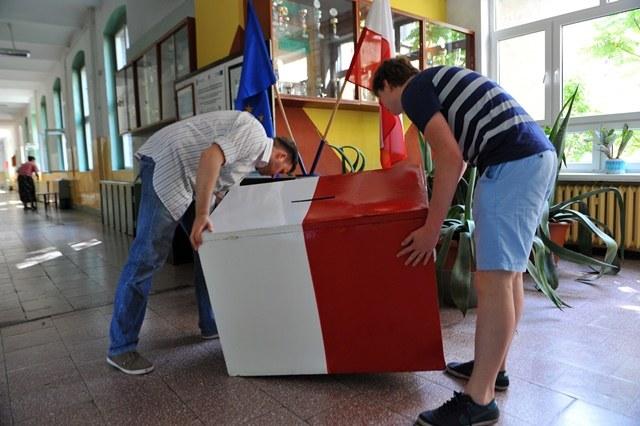 Przygotowania Obwodowej Komisji Wyborczej nr 99 w Zespole Szkół Budowlanych w Szczecinie /Marcin Bielecki /PAP