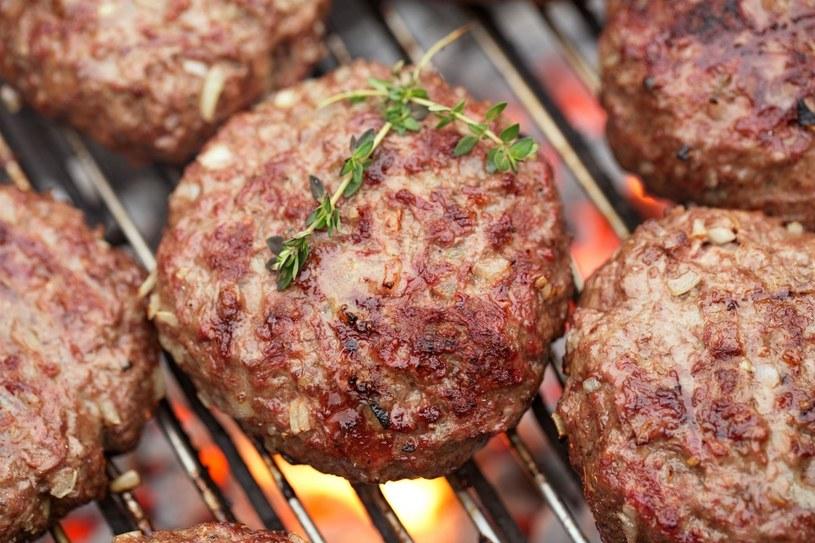 Przygotowanie burgerów zamiast kiełbasy będzie ciekawym urozmaiceniem dla tradycyjnego grilla /123RF/PICSEL