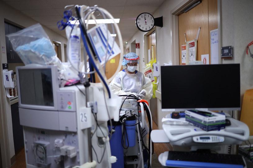 Przygotowanie do przeprowadzenia dializy, zdjęcie ilustracyjne /WIN MCNAMEE / GETTY IMAGES NORTH AMERICA / Getty Images via AFP /AFP