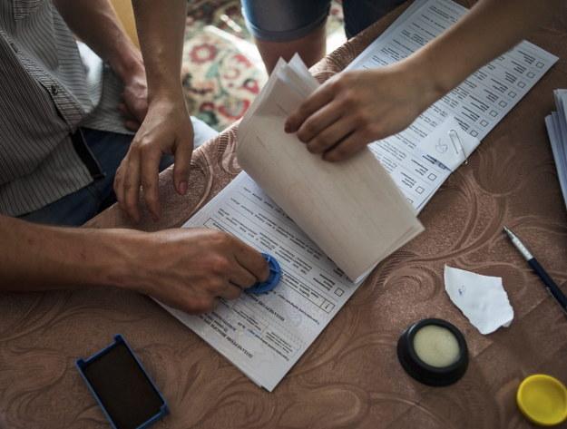Przygotowanie kart wyborczych [zdj. ilustracyjne] /PAP/EPA/ROMAN PILIPEY /PAP/EPA