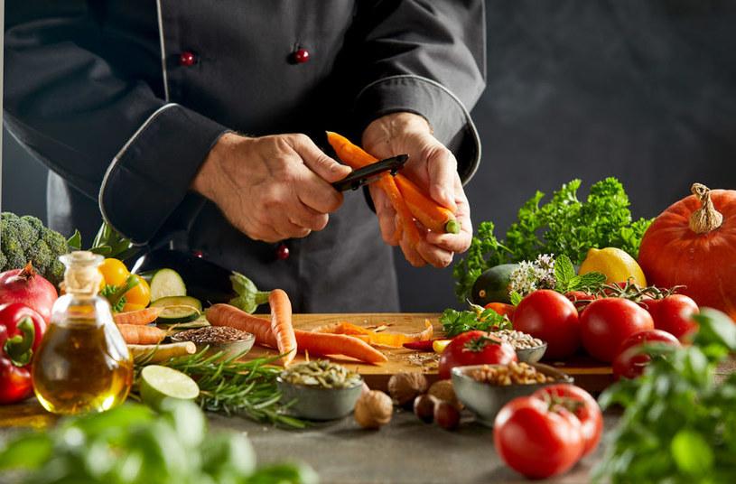 Przygotowanie warzyw wymaga odpowiednich technik /123RF/PICSEL