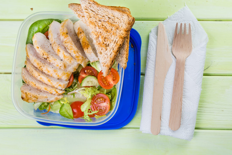 Przygotowując posiłki do pracy czy szkoły, z łatwością wyrobisz zdrowe nawyki żywieniowe /123RF/PICSEL