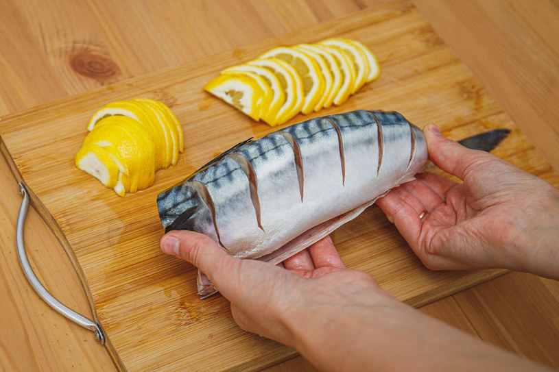 Przygotowywanie makreli /©123RF/PICSEL
