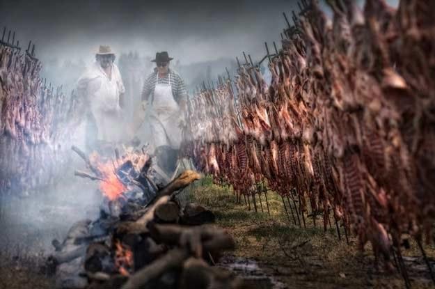 """Przygotowywanie posiłku dla rajdowców. """"Dakar 2010"""". Fot. Jacek Bonecki /INTERIA.PL"""