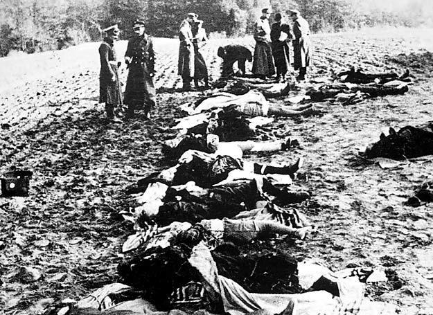 Przygotowywanie zwłok osób zamordowanych w Nemmersdorfie do propagandowych fotografii /Odkrywca