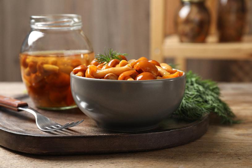 Przygotuj pyszne i aromatyczne grzyby w zalewie octowo-miodowej /123RF/PICSEL