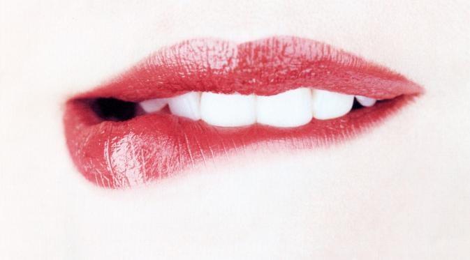 Przygryzanie ust /© Photogenica