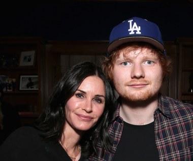 """""""Przyjaciele"""": Ed Sheeran i Courteney Cox wykonali słynny taniec Moniki i Rossa"""