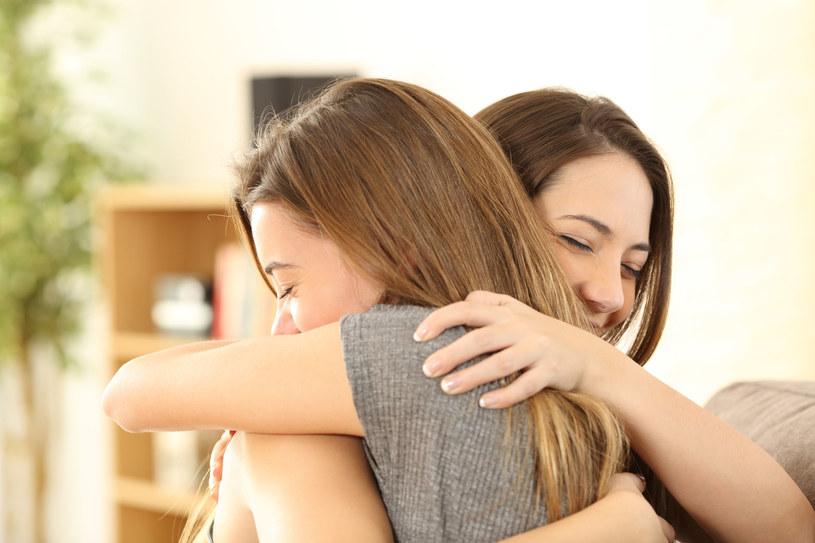 Przyjacielska relacja z drugą kobietą podnosi poziom oksytocyny, a przez to czyni obie kobiety szczęśliwsze /123RF/PICSEL