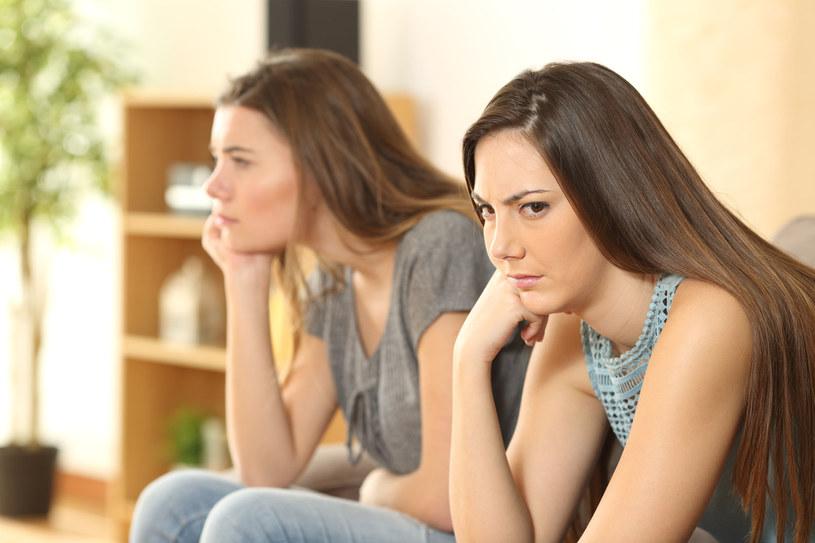 Przyjaciółka ma pretensje, obraża się, wysuwa różne żądania. Przyłapujesz ją na tym, że cię obgaduje /123RF/PICSEL