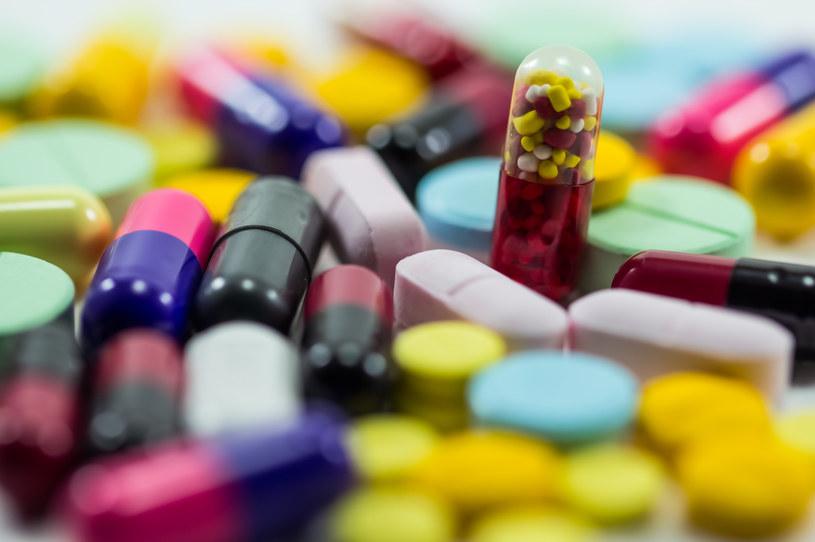 Przyjmowanie każdego leku, łącznie z suplementami, powinno się konsultować z lekarzem /123RF/PICSEL