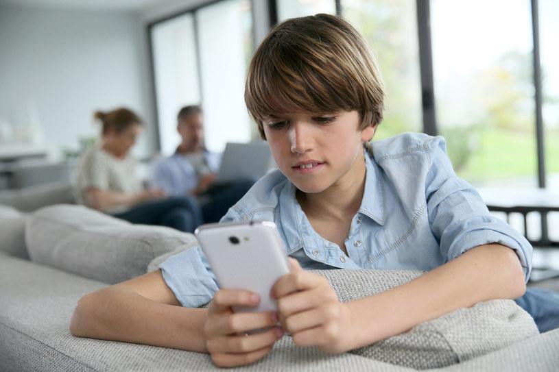 Przykład idzie z góry – jeśli rodzice nadmiernie korzystają z urządzeń ekranowych, dziecko również będzie po nie sięgać /123RF/PICSEL