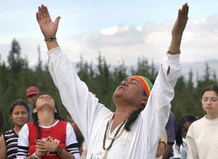 Przykład modlitwy szmana podczas rytualnego obrzędu związanego z letnim przesileniem. /AFP