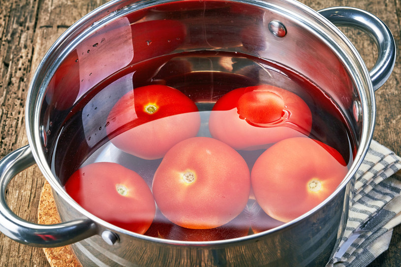 Przykładem złej pary produktów jest ogórek i pomidor. W ogórku zawarty jest enzym, zwany askorbinazą, który niszczy witaminę C /123RF/PICSEL