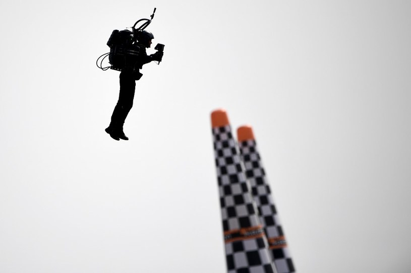 Przykładowy mężczyzna latający przy pomocy plecaka odrzutowego - zawody Red Bull Air Race World Championship. /AFP