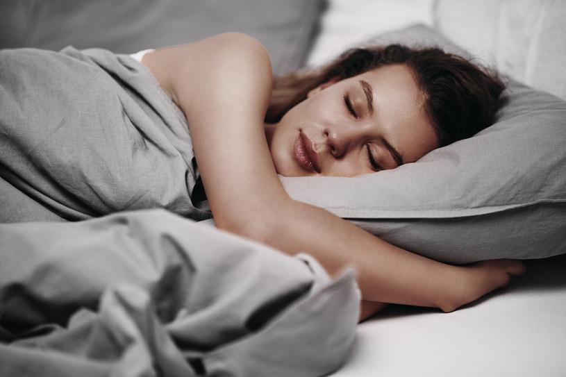 Przykry objaw często pojawia się podczas snu /123RF/PICSEL