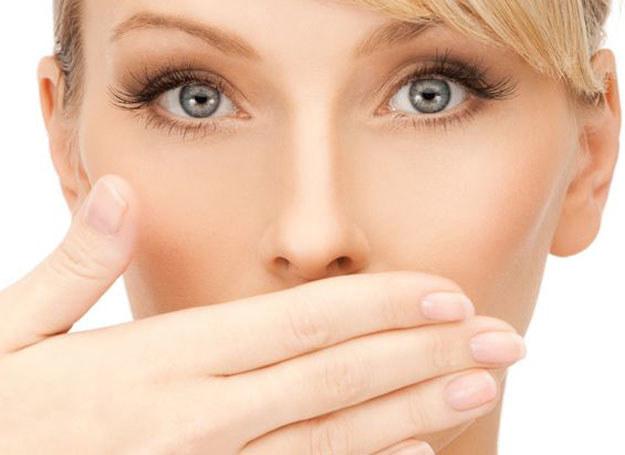 Przykry zapach z ust rzutuje negatywnie na relacje społeczne, wiele osób bagatelizuje ten problem /123RF/PICSEL