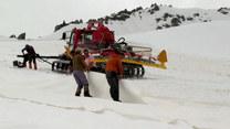 Przykryli lodowiec ogromną plandeką. Sprytny pomysł!