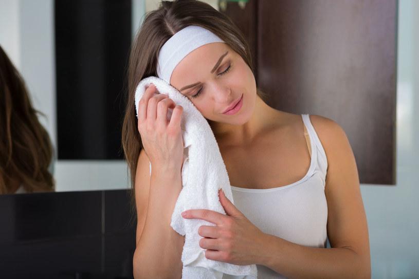 Przyłóż do twarzy zmoczony w ciepłej wodzie ręcznik, by otworzyć pory i poprawić krążenie /123RF/PICSEL