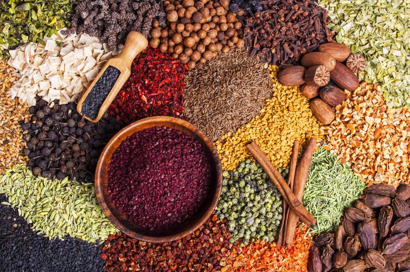 Przyprawianie potraw wyjdzie ci na dobre /123RF/PICSEL