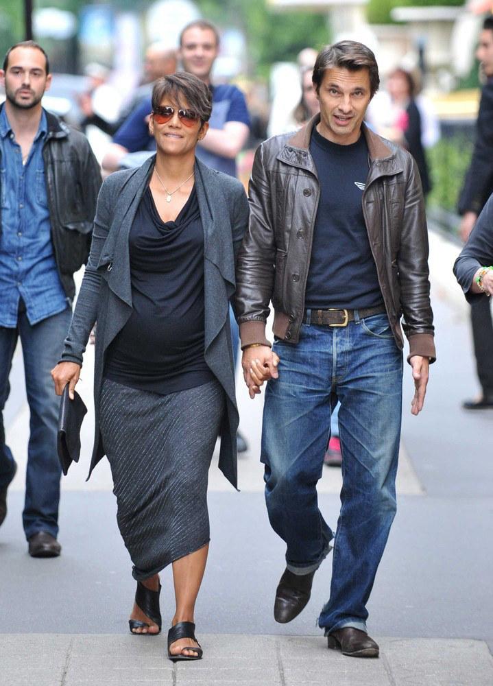 Przyszli rodzice podczas spaceru po Paryżu /East News