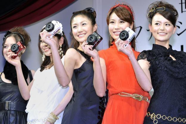 Przyszłośc fotografii to bezlusterkowce i zaawansowane kompakty. Lustrzanki mogą zastąpić kamery /AFP