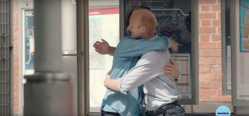 Przytulanie się z obcą osobą? Dla dzieci to żaden problem! /Mentos PL /YouTube