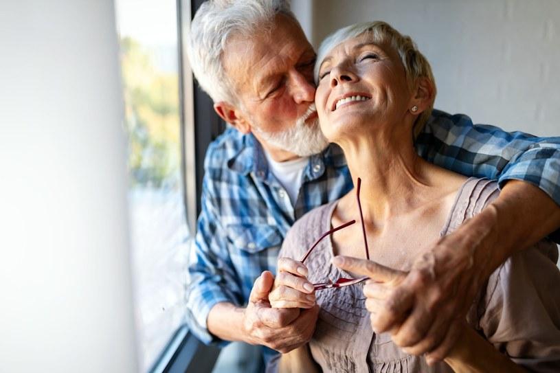 Przytulanie to jeden z przyjemnych sposobów na obniżenie ciśnienia krwi /123RF/PICSEL
