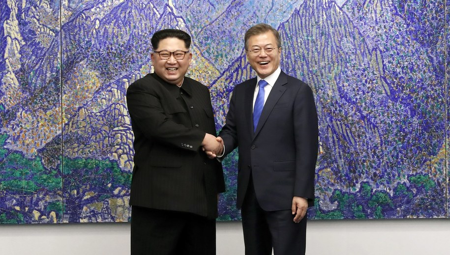 Przywódca Korei Płn. Kim Dzong Un i prezydent Korei Płd. Mun Dze In /KOREA SUMMIT PRESS POOL / POOL /PAP/EPA